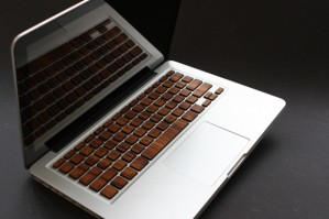 mac-spoilers-macbook-pro-wooden-keyboard-08-620x413